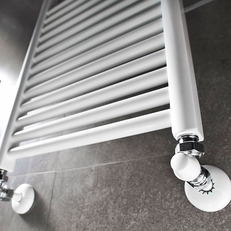 Weiße Heizunganlage in einem modernen Badezimmer.