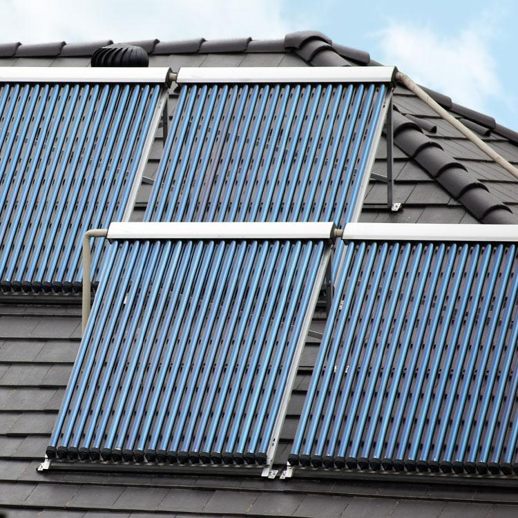 Solaranlage auf dem Dach eines Hauses in Herbstein